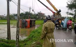Nam Định: Xe khách bay xuống ruộng giữa trời mưa rét