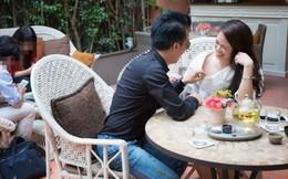 Người mẫu ảnh trơ trẽn cho bạn trai vạch áo giữa quán cà phê
