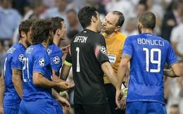 Nghi vấn Buffon... hôn trọng tài