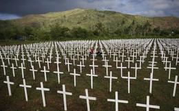 24h qua ảnh: Cặp vợ chồng thăm mộ 4 con nhỏ chết do siêu bão