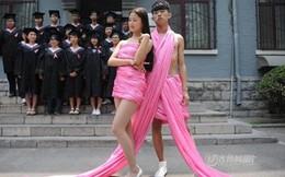 Sinh viên quấn ruy băng hồng chụp ảnh kỷ yếu