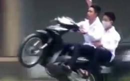Thú chơi ngông: Thả hai tay khi đi xe máy