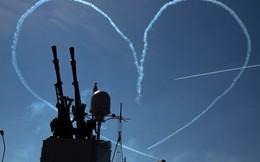 24h qua ảnh: Chiến đấu cơ phụt khói vẽ hình trái tim trên bầu trời