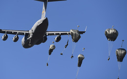 24h qua ảnh: Lính Mỹ nhảy dù từ máy bay quân sự