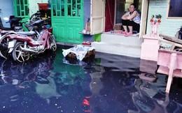 Mưa gần nửa giờ, người Sài Gòn khổ sở dọn bùn đen