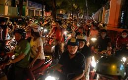 Sài Gòn kẹt cứng, người dân vất vả tìm đường về nhà