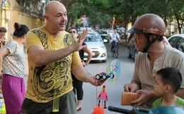 Trai Tây bán đồ chơi trẻ em ở vỉa hè Hà Nội