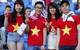 """Fan nữ xinh đẹp mang """"cờ đỏ, sao vàng"""" đến Bernabeu"""