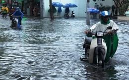 Người dân Sài Gòn rùng mình lội nước thối sau mưa