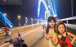 Oi nóng hầm hập, người Hà Nội thích thú lên cầu Nhật Tân hóng mát