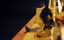 Thót tim ngó cảnh đôi trẻ liều mạng ngồi hóng gió ngoài thành cầu Nhật Tân
