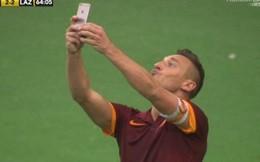 """Lập siêu phẩm, Totti rút iPhone """"tự sướng"""" giữa SVĐ"""