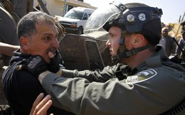 24h qua ảnh: Cảnh sát đụng độ với người biểu tình