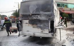 TP.HCM: Xe ô tô 29 chỗ đưa đón học sinh bốc cháy ngùn ngụt trên phố
