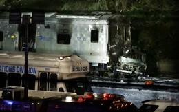24h qua ảnh: Tàu điện đâm nát ô tô tại New York