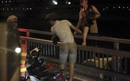 CSGT ra quân xử lý 'hình ảnh lạ' trên cầu Nhật Tân