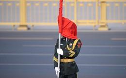 7 ngày qua ảnh: Lá cờ che kín mặt tiêu binh Trung Quốc