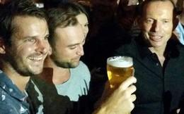 Thủ tướng Úc tu một hơi hết vại bia 0,5 lít trong 7 giây