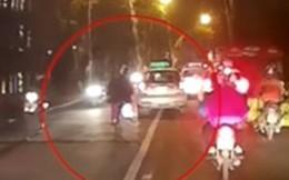 Thanh niên lạng lách tông 2 xe máy, suýt chui vào gầm ôtô