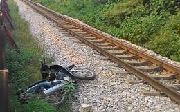Va chạm kinh hoàng, xe máy bay qua lan can lên cạnh đường sắt