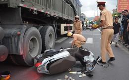 Cố vượt đèn vàng, nữ nhân viên bị xe tải cán ngang người