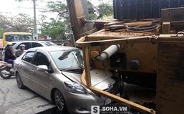 Kinh hoàng: Máy xúc rơi từ xe đầu kéo xuống đè bẹp xe 4 chỗ