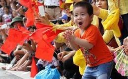 Bức ảnh bé trai Hà Nội vui sướng cổ vũ đoàn diễu binh khiến ai cũng vui lây