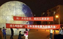 Chàng trai si tình cầu hôn bạn gái bằng mô hình Mặt Trăng khổng lồ