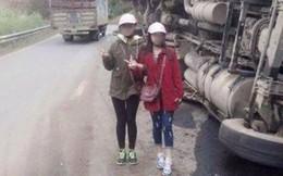 Hai thiếu nữ gây phẫn nộ khi chụp ảnh tươi cười bên chiếc xe tải bị lật
