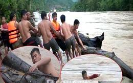 Cảnh người dân liều mình lao xuống dòng lũ xiết vớt gỗ