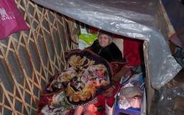 Vì sao cụ già tàn tật 95 tuổi bị bê ra đường trong đêm mưa rét?
