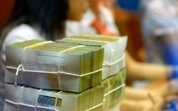 Nườm nượp khách gửi tiền vào ngân hàng ngày đầu năm