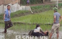 Hai người phụ nữ vật nhau dưới ruộng lúa mới cấy ở Bắc Giang