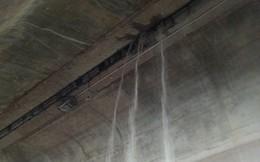 """Cầu Vĩnh Tuy thành """"thác"""" khi mưa to: Bình thường hay bất thường?"""