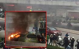 Thấy khói và lửa từ đầu xe, hai người bật cửa thoát ra ngoài