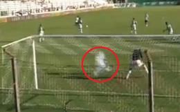 Thủ môn bị hạ gục bằng rocket ngay trên sân