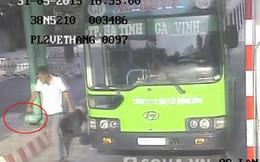 """Video: """"Thượng đế"""" đâm thủng bụng nhân viên bán vé xe buýt"""