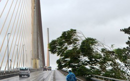 Người đi đường bị bão xô ngã, nằm rạp xuống cầu tại Quảng Ninh