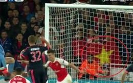 Quốc kỳ Việt Nam tung bay trong trận Arsenal thắng Bayern Munich
