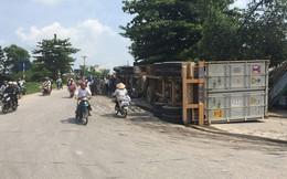 Dân chạy túa ra đường khi container bất ngờ đâm gãy cột điện