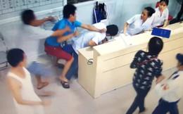 Bật khỏi cáng cấp cứu, nam bệnh nhân lao vào đánh bác sỹ
