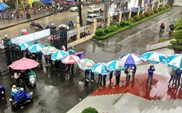 Hình ảnh lay động trái tim trong buổi thi giữa trời mưa Sài Gòn