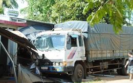 Xe tải mất lái cuốn nát 3 xe máy