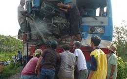 Tàu hỏa tông xe tải, tài xế gãy 2 chân kẹt trong buồng lái