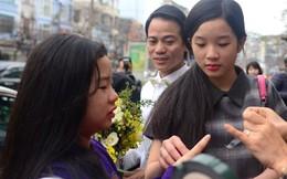 Con gái Thanh Thanh Hiền nâng vạt áo cho mẹ khi rước dâu