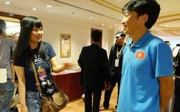 HLV Miura tươi cười gặp nữ phóng viên Nhật