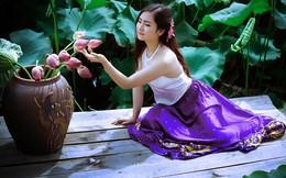 Cô giáo mầm non e ấp khoe vẻ đẹp bên hoa sen