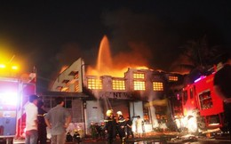 Lửa bùng dữ dội kèm tiếng nổ liên tiếp, nhà xưởng đổ sập