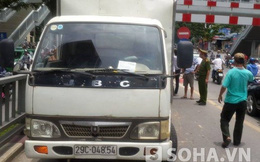 Hy hữu: Tháo hơi 4 bánh để giải cứu xe tải trên cầu vượt ở Hà Nội