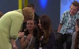 Thủ tướng Đức khiến bé gái nhập cư bật khóc trên truyền hình